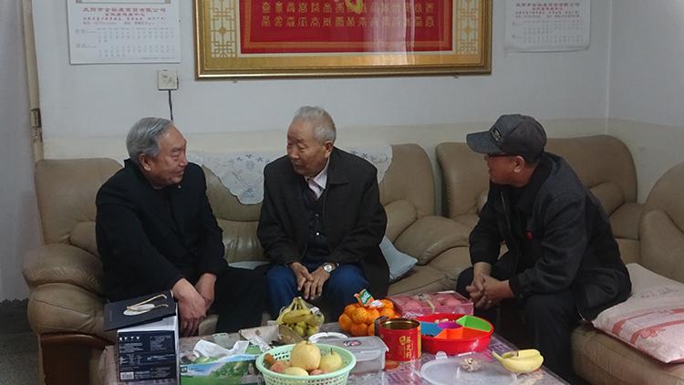 8  李翰林春节慰问老同志.jpg